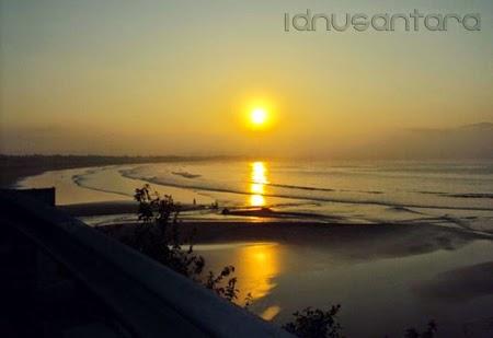 Anda bisa menikmati kopi sambil melihat sunset di pantai Teleng Ria
