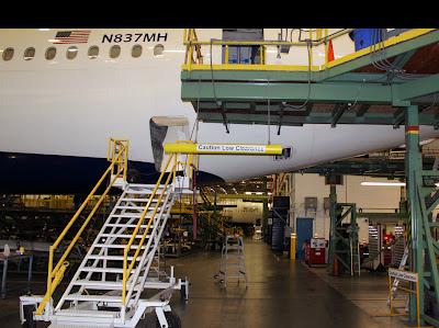 Avião dentro do centro de reparo.