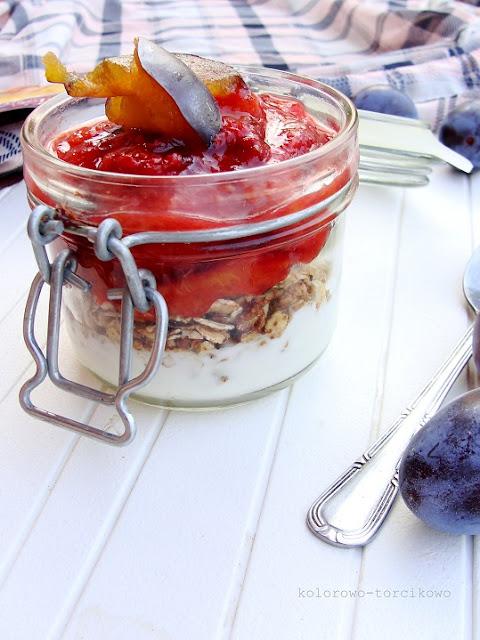Śniadanie do pracy, czyli jogurt, granola i śliwki
