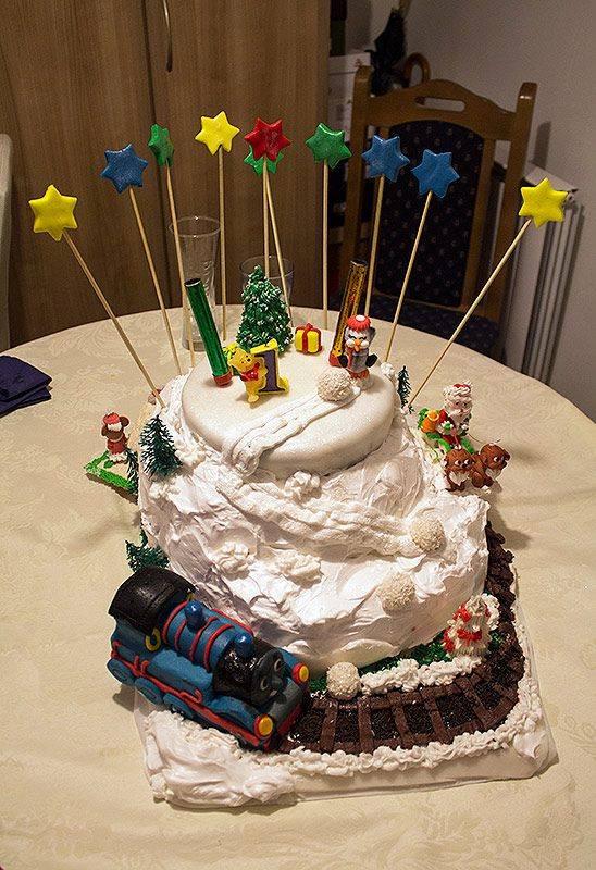 Torta iz bajke - vozić, sneg, deda mraz i druge figurice