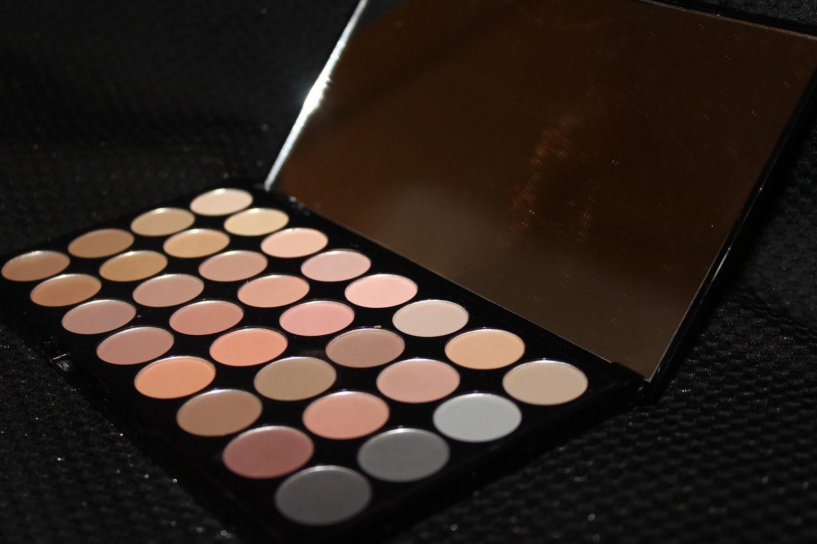 Ultra 32 eyeshadow palette - Beyond Flawless (Neutral Shimmer Shades)