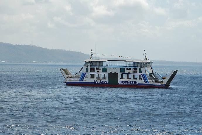 Ferry navegando