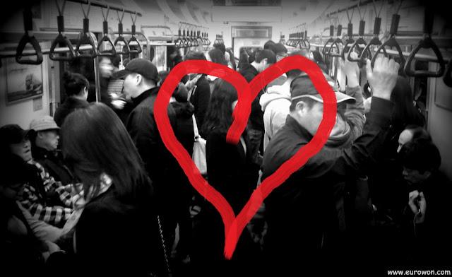 Metro de Seúl en blanco y negro con un gran corazón rojo