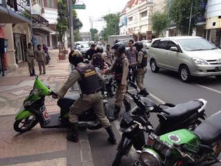 Satpol PP Surabaya saat menertibkan parkir liar