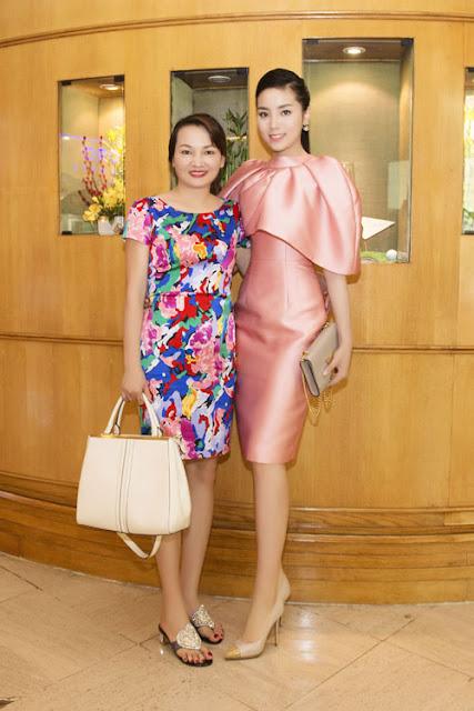 Người đẹp đi dự sự kiện cùng mẹ