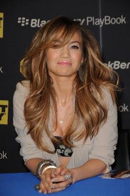 Jennifer Lopez Smolders