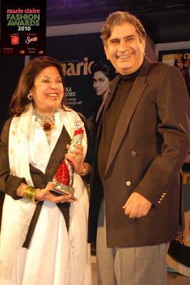 award_handed_over_to_ritu_kumar_by_outlook_group_editor_in_chief_vinod_mehta_FilmyFun.blogspot.com