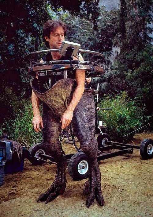 Parque Jurásico III: John Rosengrant, un artista de efectos especiales, lleva un traje a la media de un raptor.