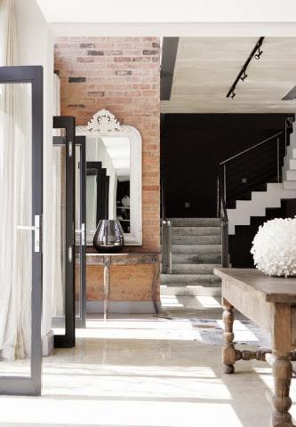 Widok na schody prowadzące z salonu na piętro domu