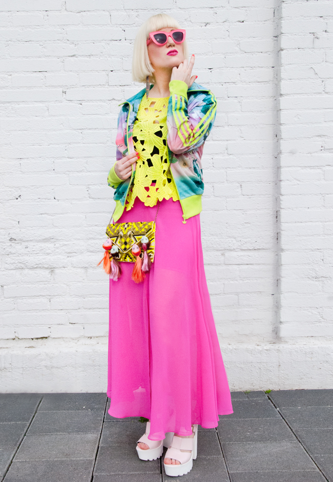 pink maxi skirt, urban sporty look, neon outfit