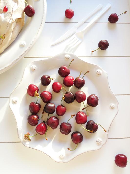 pavlova de canela com cerejas