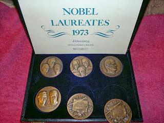 Inte illa att bli avbilda på en medalj va? Tror dock inte dagens nobelvinnare blir det..?