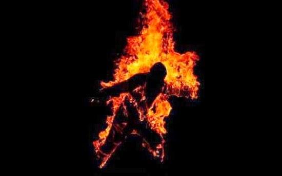 Pencuri motosikal dibakar hidup hidup oleh orang ramai yang berang dengan tindakannya