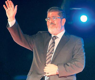 MOHAMED MORSI melambai kepada penyokongnya pada satu perhimpunan di Kaherah pada 20 Mei lalu.