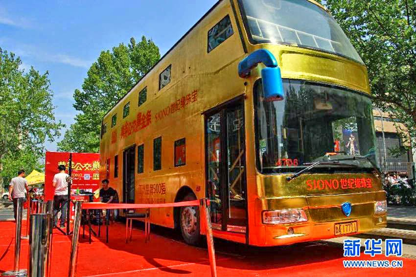 spionieren Sie reifen im Bus rumänisch aus
