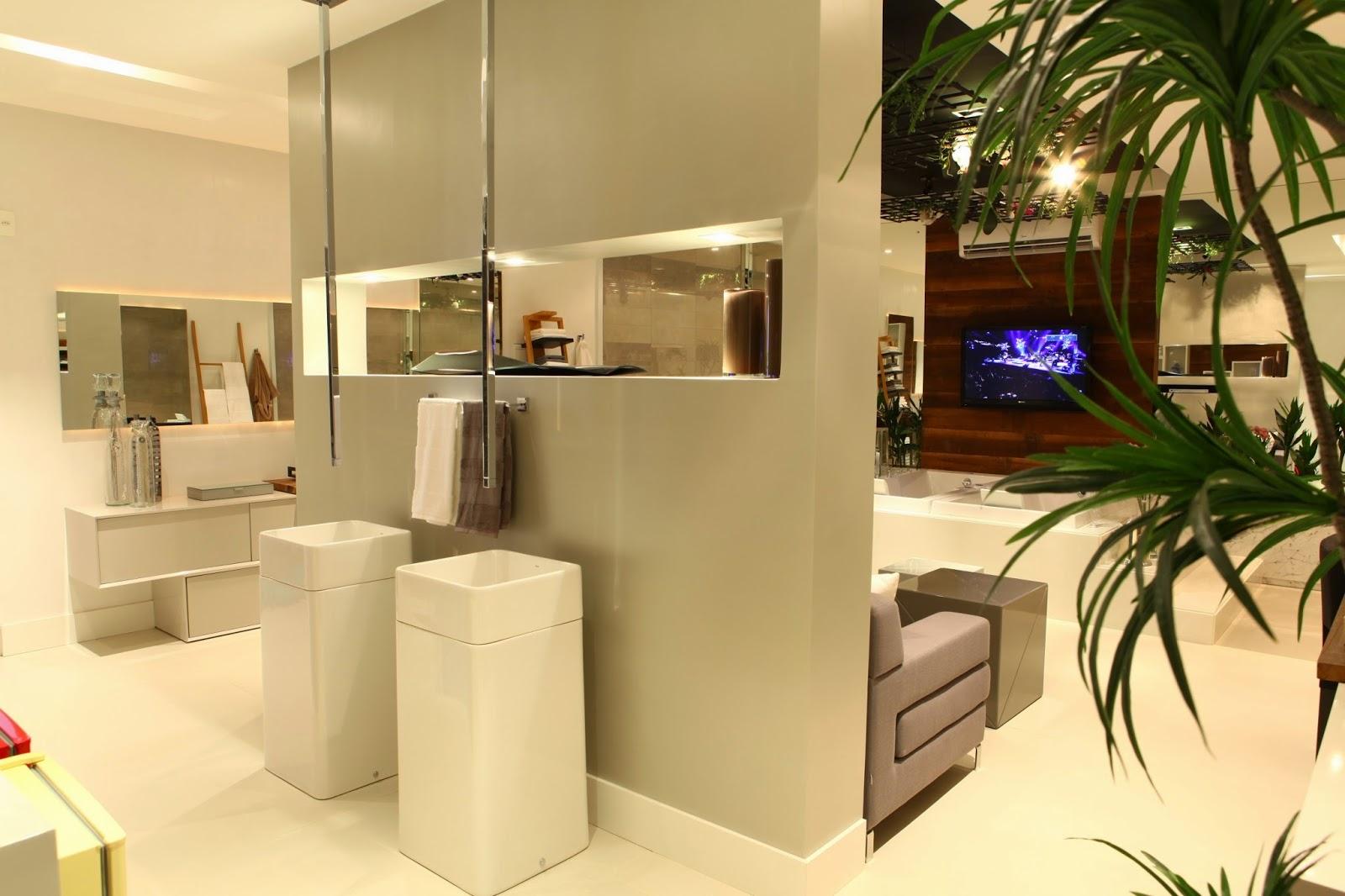 Torneiras de teto e cubas de piso. Projeto: Marília Filártiga e Beto  #C0940B 1600x1066 Acessorios Banheiro Deca