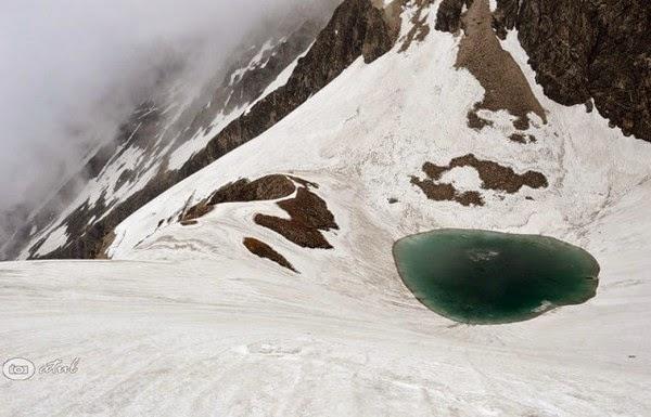 Ιμαλάια λίμνη με τους σκελετούς
