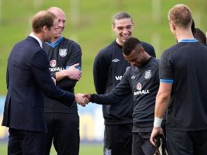 Foto Pangeran William saat bersalaman dengan Ashley Cole