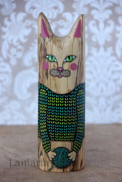 Drewniany kocur w swetrze