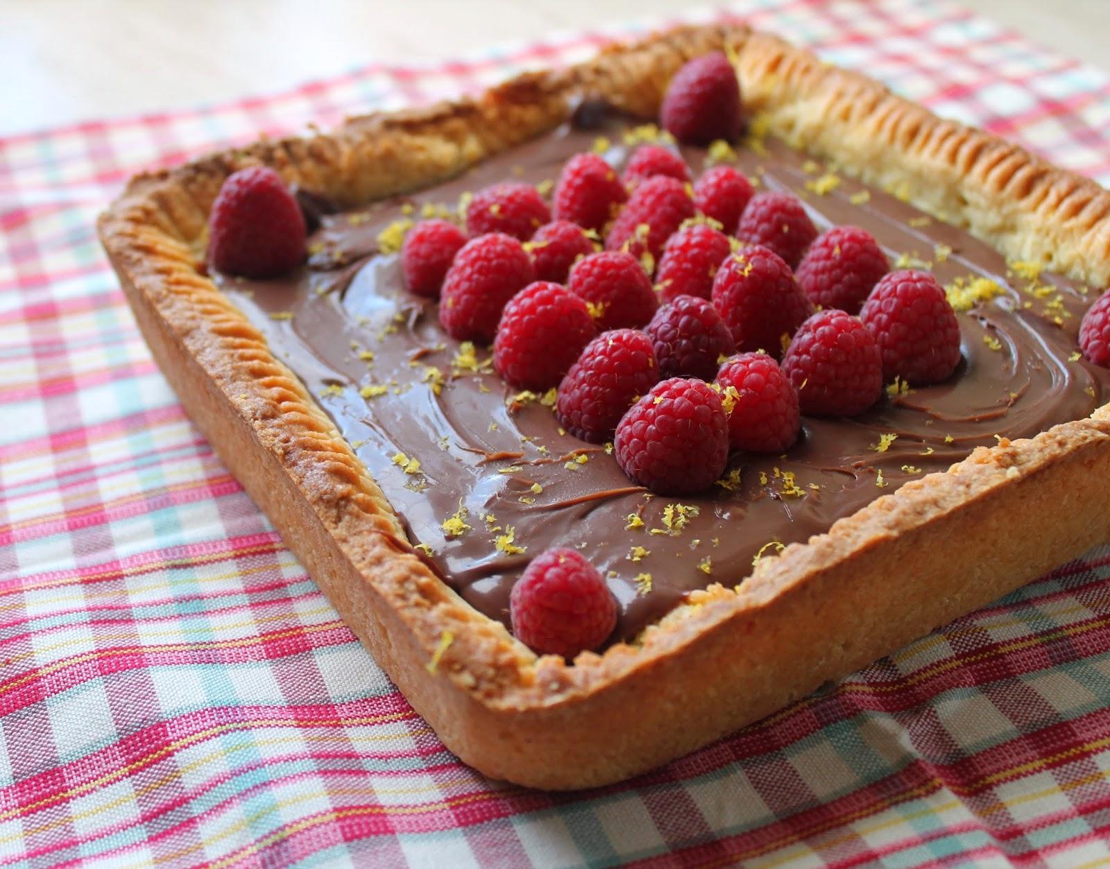 crostata con ganache di cioccolato fondente, lamponi e scorza di limone