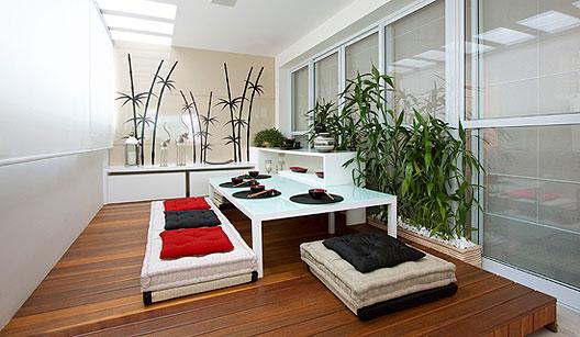 decoracao de interiores estilo oriental:Terraço com cara de quintal e madeiras de demolição