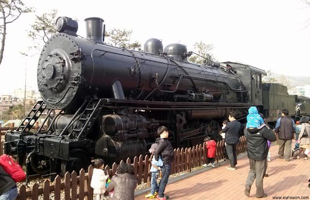Locomotora antigua en el Gran Parque de los Niños de Seúl