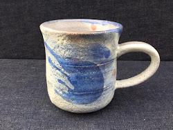 藁灰釉と青い流れ マグ