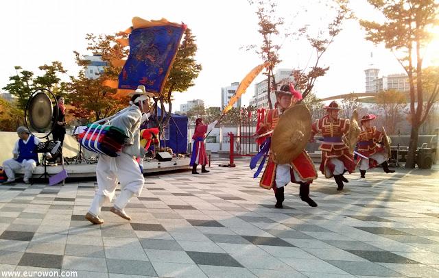Actuación callejera de teatro coreano en Dongdaemun