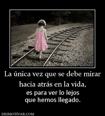 niña caminando sobre vías de tren