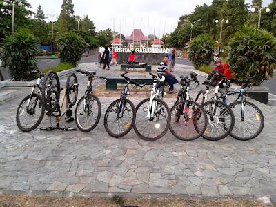 8 Sepeda berjejer