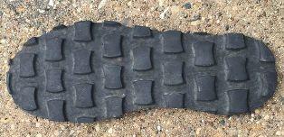 1. Membuat Sol Sepatu dari ban bekas