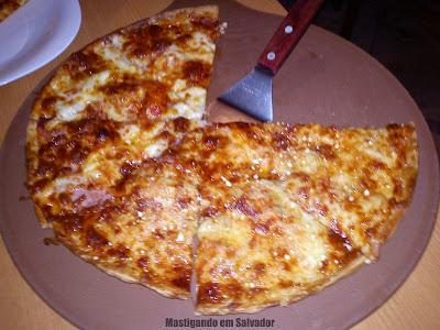 Jodie's Pan Pizza: Pizza metade Lombo Canadense metade Quatro Queijos