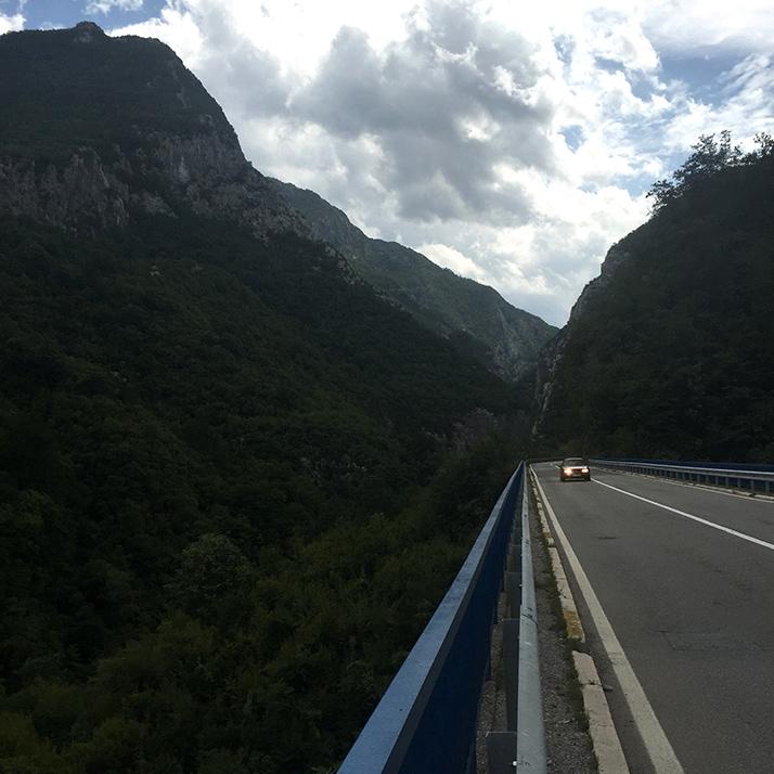 Дорога среди гор, Черногория