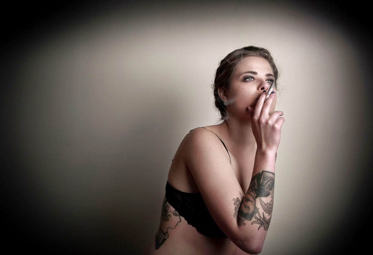 Amazing Tattoo Girl Smoking Wallpaper