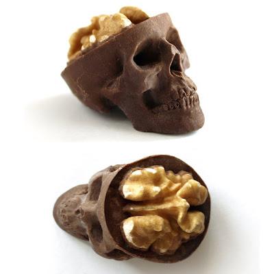 Dulces tipicos calavera de chocolate con nuez