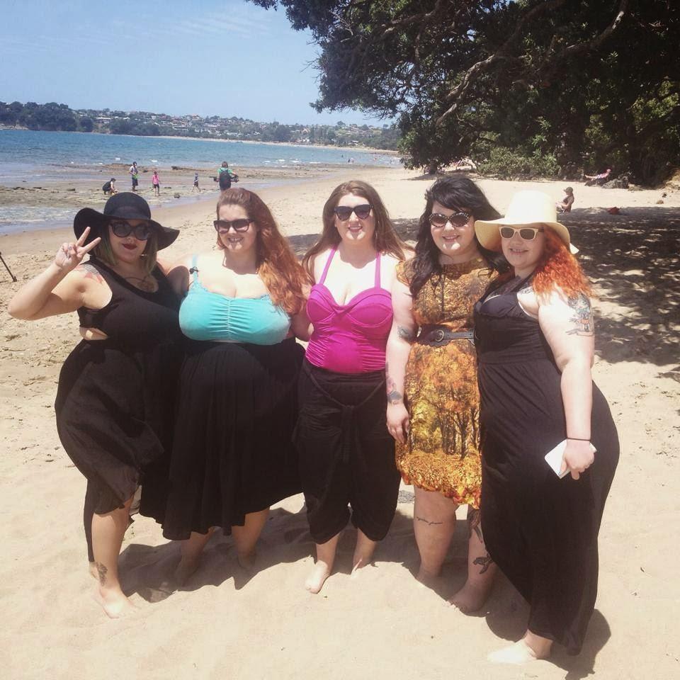 photo groupe de modeles féminins bbw sur une plage