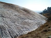 Al contacte entre el runam i la terra, l'aigua salada troba un dels seus canals de circulació preferent