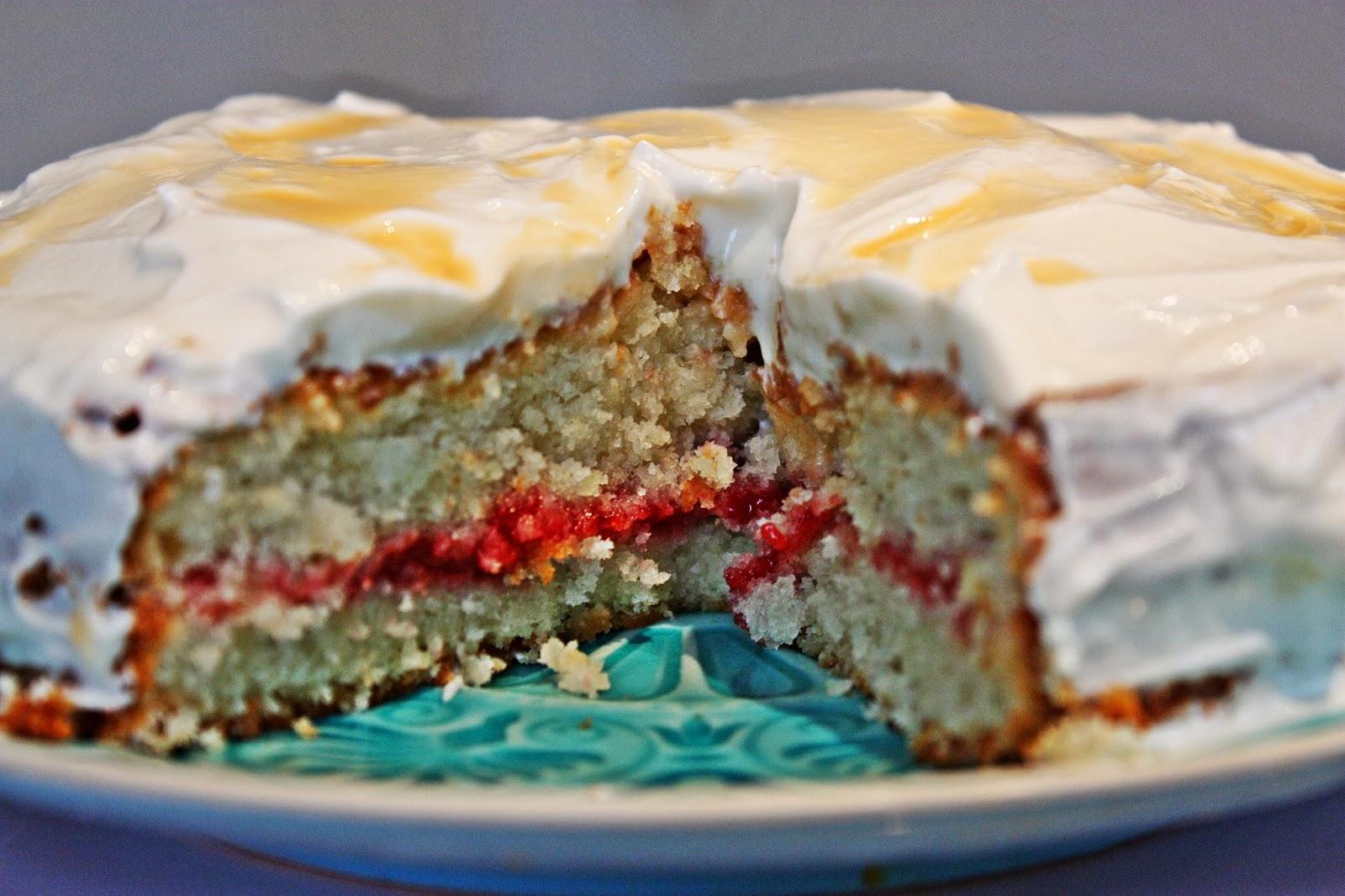 Ingwer Kokos Torte mit Himbeer Passionsfrucht Füllung und Quark Frosting