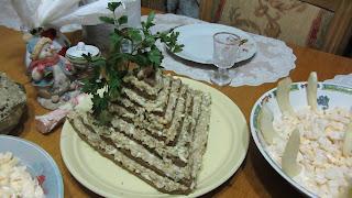 салат Пирамида на праздничном столе