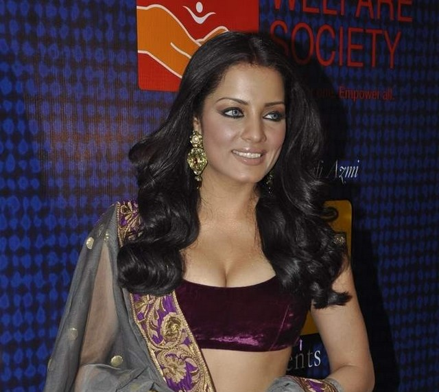 celina jaitley, bollywood actress, cleavage, blouse, fashion show, ramp walk, bollywood boobs