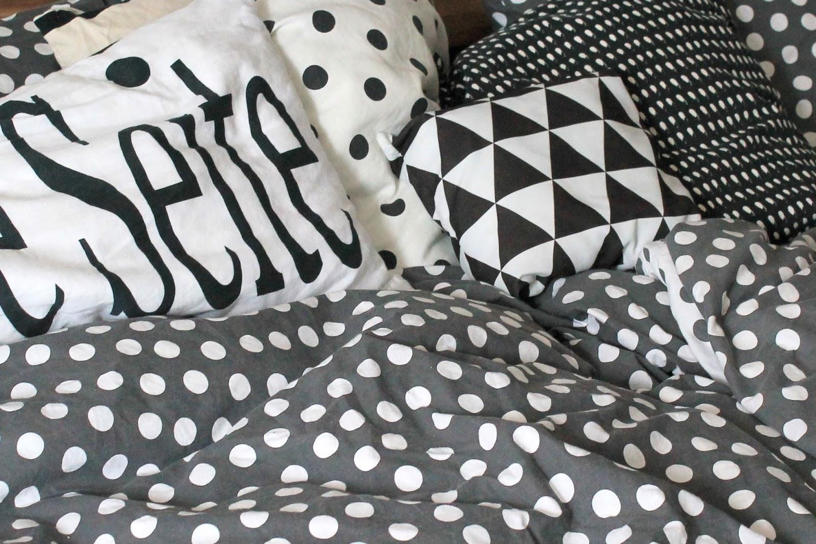 Schlafzimmer Bett Polka Dot Bettwaesche schwarz und wei