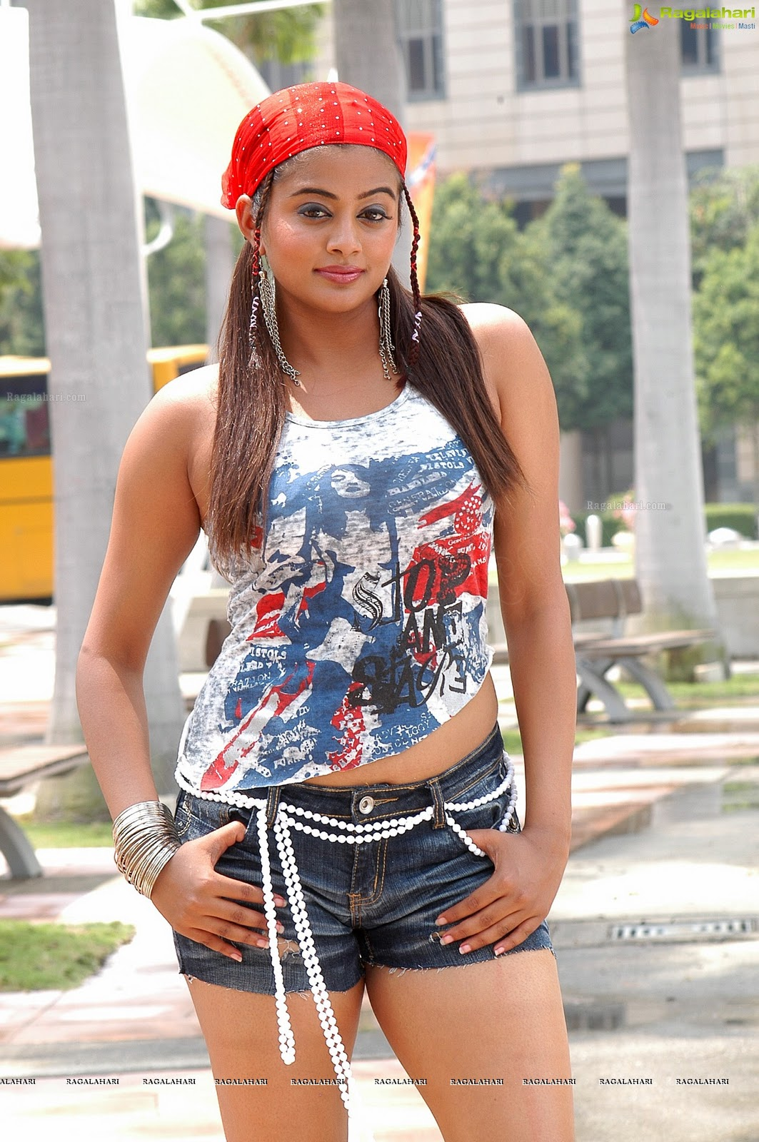 hot body shapes of priyamani in skirt