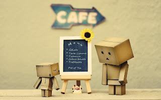 danbo pilih menu di cafe