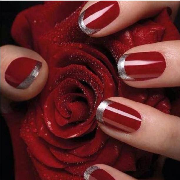 Uñas rojas con borde plata