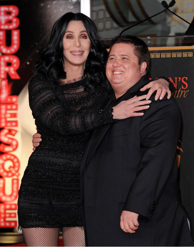 A cantora Cher e seu filho transexual durante divulgação do filma 'Burlesque' (Foto: Getty Images)