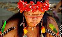 Imagen de una mujer indígena orando.