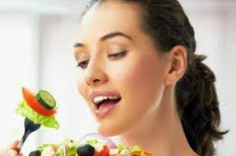 wanita memakan sayuran