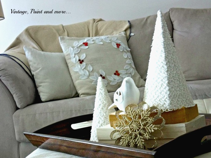 Vintage, Paint and more... DIY wreath pillow, paper crafted snowflake, buttonholing Christmas trees