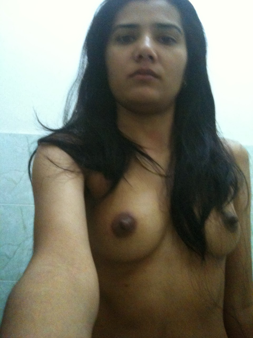 Lovely pakistani babe nida exposing herself off nude