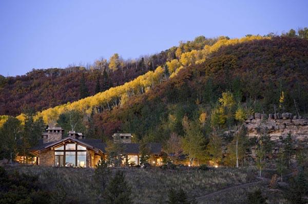 diseño rustico y brutalista en un retiro en las montañas- vista de la casa